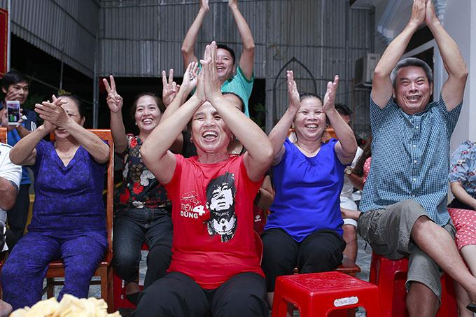 Bà Dương Thị Hường mặc áo in hình trung vệ Bùi Tiến Dũng để cổ vũ. Ảnh: Hùng Lê