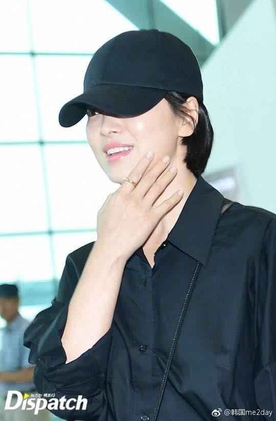 Gương mặt trang điểm nhẹ nhàng khiến mỹ nhân Hàn càng xinh đẹp. Khán giả trang ON nhận xét, nụ cười của Song Hye Kyo thực sự đốn tim fan.