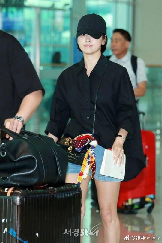 Đi cùng Song Hye Kyo là ba trợ lý, họ giúp đỡ cô mang vali đồ. Mỹ nhân Hànvừatái xuất màn ảnh với dự án phim truyền hình Boy Friend đóng cùng nam diễn viên Park Bo Geum.