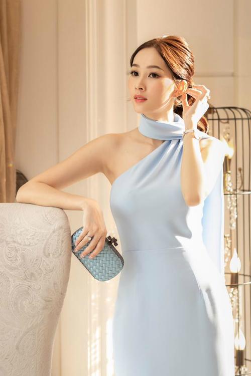 Hoa hậu Việt Nam 2012 Đặng Thu Thảo diện chiếc đầm màu xanh da trời nhã nhặn và tôn dáng.Người đẹpđã lấy lại nhan sắc thần tiên tỷ tỷ mong manh ngày nào của mình sau khi sinh con gái đầu lòng.