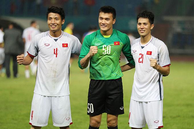 Trung vệ Tiến Dũng (trái) cùng thủ môn Tiến Dũng và hậu vệ Đình Trọng đang góp công lớn giúp Olympic Việt Nam giữ sạch lưới tới thời điểm này. Ảnh: Đức Đồng