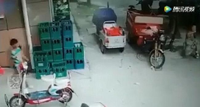 Bé trai lưỡng lự trước khi chạy ra khỏi tòa nhà ngay lúc nhìn thấy các mảnh vỡ trong khu chung cư ở Bạng Phụ, tỉnh An Huy, Trung Quốc bị rơi cuối tuần qua. Ảnh: Shine.