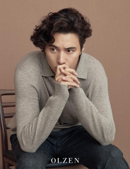 Won Bin tóc xoăn bồng bềnh, gương mặt cương nghị, nam tính khi xuất hiện trên một tạp chí số mới.