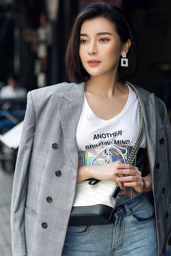 Cô mặc thêm croset ánh bạc định hình dáng người. Tuy nhiên, phụ kiện này trở nên thừa thải, khiến người đẹp mất điểm.