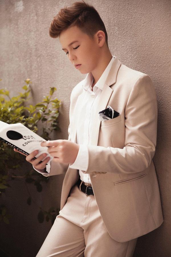 Con trai Ngọc Nga ra dáng người mẫu khi diện đồ vest, làm mẫu ảnh.