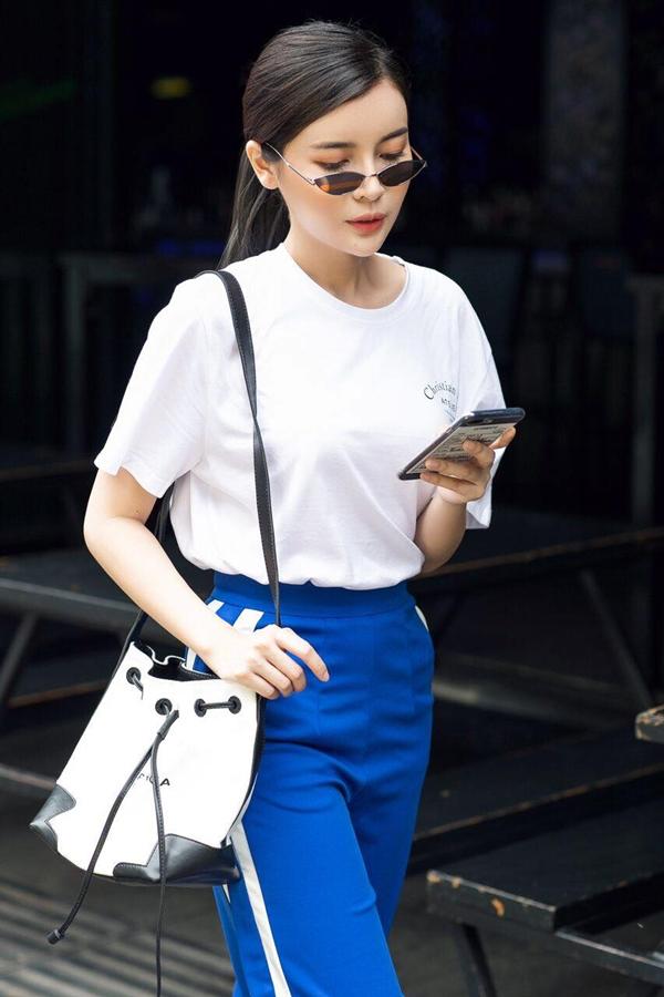 Màu trắng là màu yêu thích của Cao Thái Hà. Cô ưu tiên phối áo sơ mi vớiquần thể thao ống rộngthịnh hành.