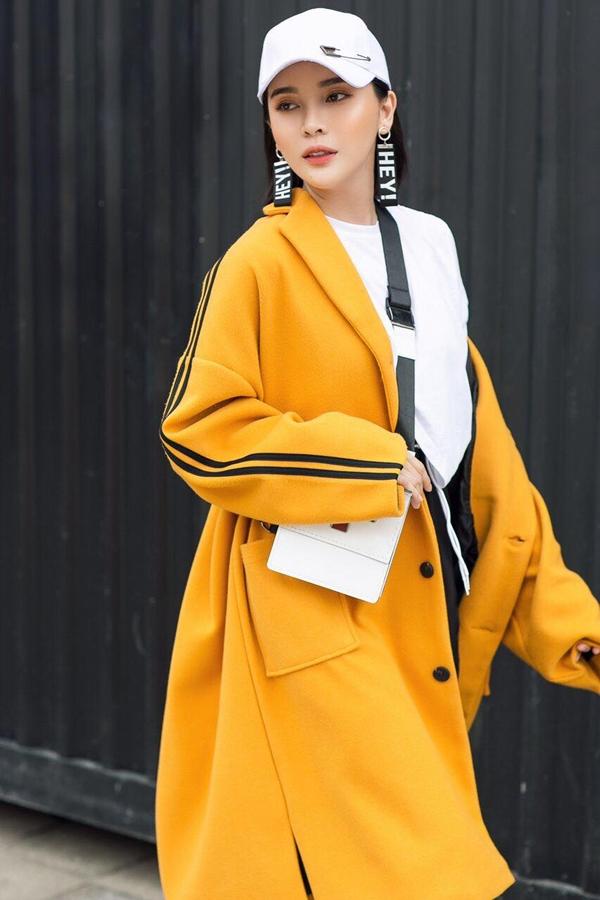Cũng áo thun trắng, nữ diễn viên choàng thêm áo khoác dáng dài oversize làm điểm nhấn.
