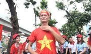 Hàng trăm người nhận áo cờ đỏ sao vàng miễn phí