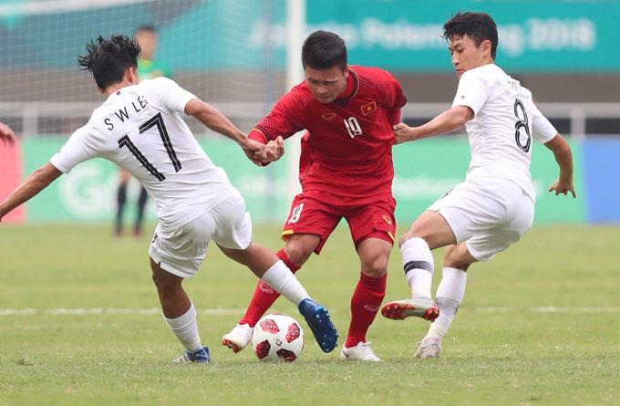 Quang Hải đi bóng trước hai cầu thủ đối phương. Ảnh: Đức Đồng.