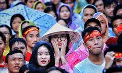 Nỗi buồn trong mưa của cổ động viên khi Việt Nam dừng bước trước Hàn Quốc