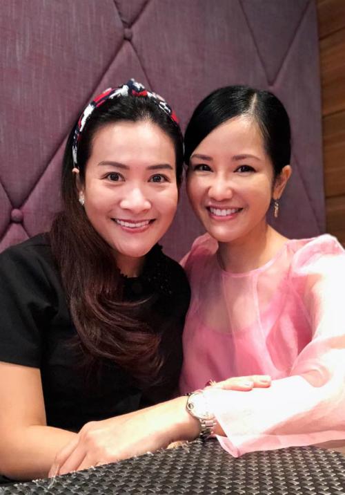 Hồng Nhung hội ngộ Anh Thơ - vợ diễn viên Bình Minh. Nhân gặp nhau ngày mưa, hai chị em chuyện trò, nhớ những giờ tập yoga cách đây đã 15 năm, nữ ca sĩ tâm sự.
