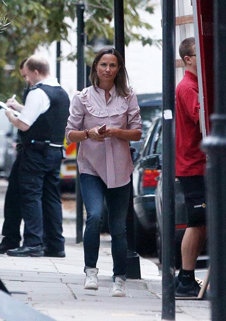 Tuy đang mang bầu 8 tháng nhưng em gái Kate hôm qua (28/8) đích thân chỉ huy việc vận chuyển đồ đạc cho ngôi biệt thự 5 tầng ở phía tây London.