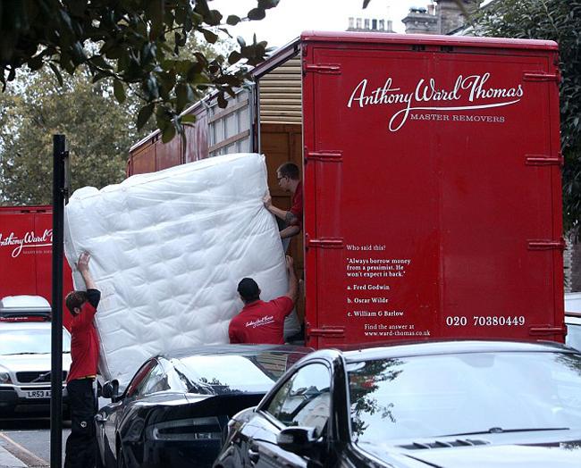 Nhiều chiếc xe tải của công ty nội thất được trông thấy đậu trên khu phố nơi căn biệt thự của vợ chồng Pippa tọa lạc.