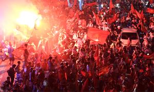 Cổ động viên Hà Nội đốt pháo sáng sau trận đấu