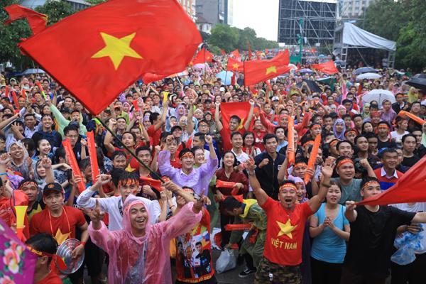 Người dân hò hét, vui mừng khi tuyển Việt Nam ghi được bàn đầu tiên vào lưới Hàn Quốc.