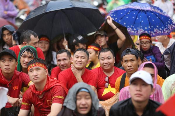 Nhóm cầm dù, nhóm trốn dưới mấy gốc cây lộc vừng, nhóm khác lại dùng ngay tấm bạt vừa nảy lót ngồi xem bóng đá.
