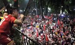 Tuấn Hưng hát cùng hàng trăm cổ động viên sau trận bán kết