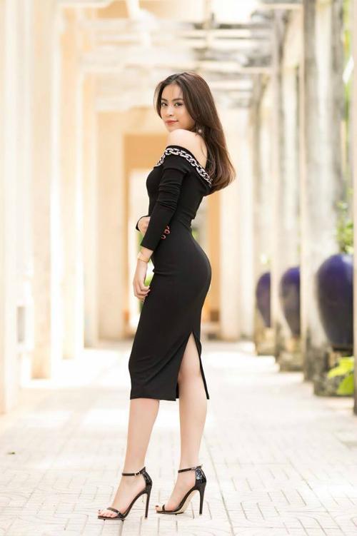 Ca sĩ Hoàng Thùy Linh diện đầm đen bó sát khoe đường cong quyến rũ.