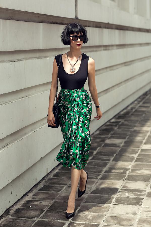 Mùa thời trang năm nay, kiểu chân váy bất đối xứng với đường xẻ chừng mực, xếp nếp mềm mại đã trở thành thiết kế được ưa chuộng bậc nhất của Đỗ Mạnh Cường. Sau các mẫu đơn sắc, nhà tạo mốt thổi làn gió mới khi sử dụng tông xanh phủ họa tiết hoa bắt mắt.