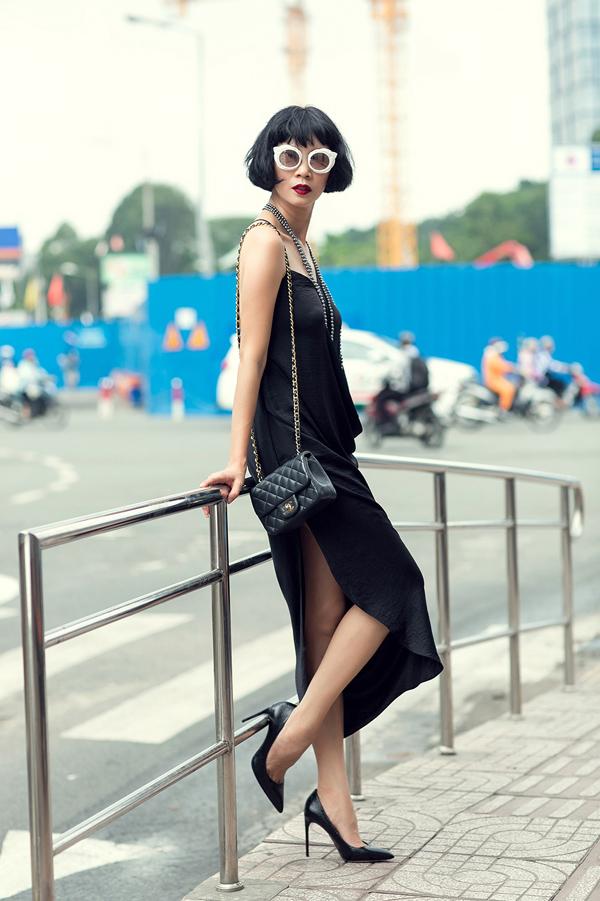 Với sắc đen cùng chất liệu lụa mềm mại, Đỗ Mạnh Cường giúp trang phục trở nên độc đáo qua những nếp gấp bất đối xứng phía sau, đồng thời cắt xẻ hợp lý nhằm khai thác vẻ quyến rũ.