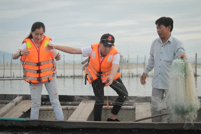 trực tiếp cùng người dân giăng lưới đánh bắt thủy hải sản với một vựa cá, tôm.