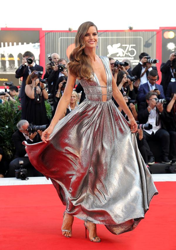 Thiết kế ánh bạc xòe rộng giúp mỗi bước chân cựu thiên thần nội y Izabel Goulart thêm duyên dáng.