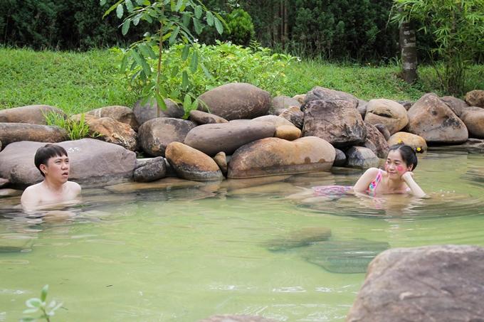 Tận hưởng không khí trong lành cùng dòng nước nóng giúp hai nghệ sĩ lấy lại sức khỏe sau hai ngày ghi hình liên tục.