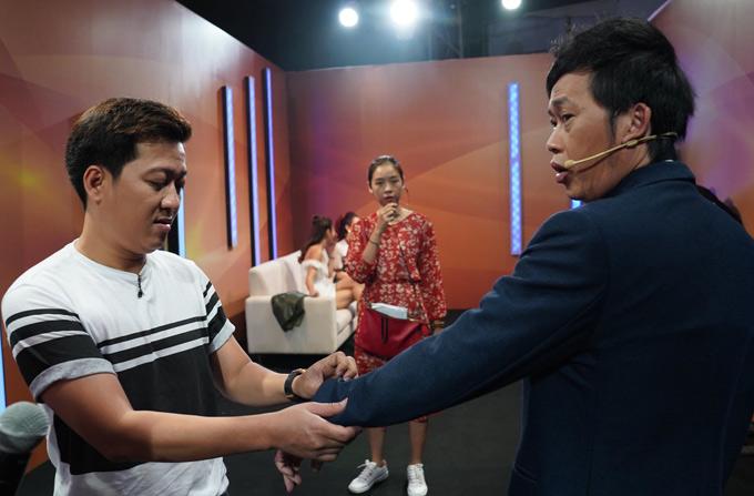 Trường Giang giúp đàn anh Hoài Linh chỉnh sửa trang phục trước khi vào ghi hình.
