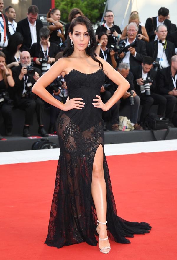 Georgina Rodriguez - bạn gái danh thủ Cristiano Ronaldo - khoe đường cong với váy đen cúp ngực xuyên thấu.