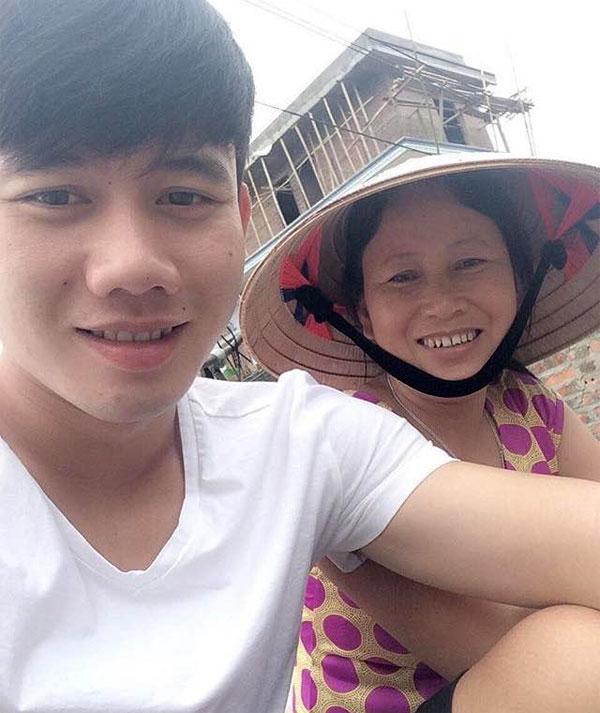 Minh Vương luôn gần gũi mẹ mỗi khi có dịp về nhà. Ảnh: Instagram.