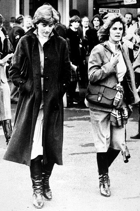 Diana và Camilla trong một lần vô tình trạm chán vào năm 1981. Ảnh: UK Press.