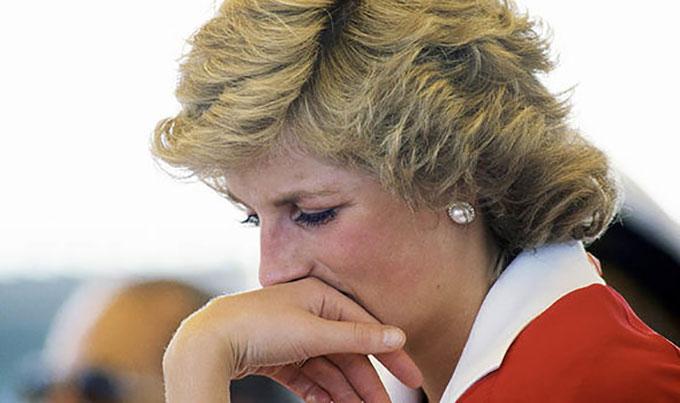 Diana khóc khi tiễn Thái tử Charles đi công du 5 tuần vào tháng 3/1981 nhưng không phải vì nỗi buồn biệt ly mà vì biết rằng Camilla vẫn gọi điện cho Charles. Ảnh: UK Press.