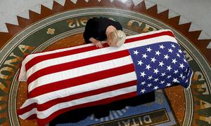 Vợ John McCain hôn lên linh cữu chồng trong tang lễ
