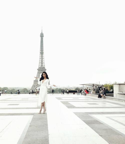 Lan Khuêcheck-in trước tháp Eiffel trong chuyếndu lịch Pháp cùng chồng sắp cưới.