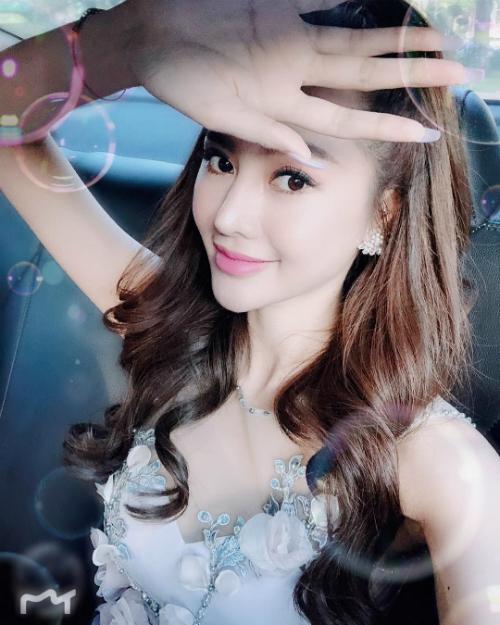 Linh Chi khoe với fan: Tối nay Chi làm tiểu công chúa nha Angels. Lâu lắm mới quay lại phong cách xinh tươi này.