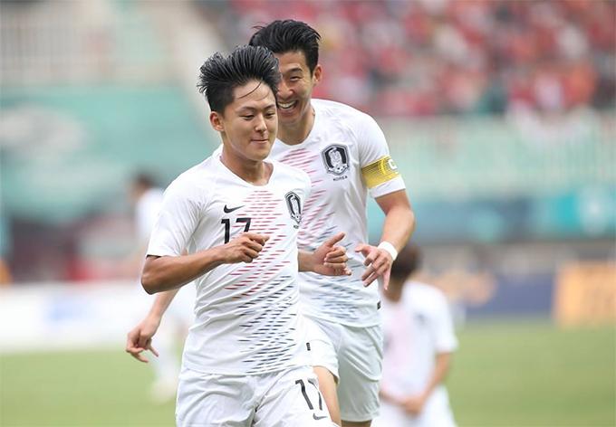 Son Heung-min ăn mừng cùng đồng đội trong bàn mở tỷ số ở trận thắng 3-1 trước Việt Nam. Ảnh: Đức Đồng.