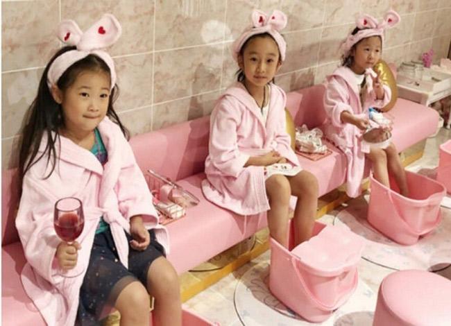 Các bé gáikhoát lên mình chiếc áo choàng màu hồng và được chăm sóc như những nàng công chúa khi đếnTwinkle Premium Kids Cafe. Ảnh: Weibo.