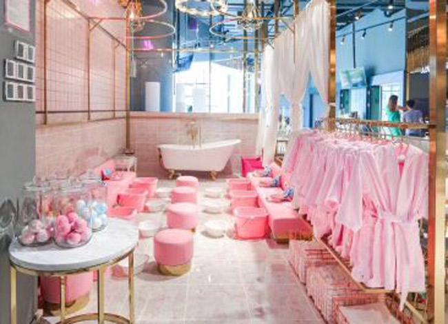 Không gian tràn ngập màu hồng từ khăn tắm, áo choàng, ghế ngồi đến cả chậu ngâm chântại spa quý tộcTwinkle Premium Kids. Ảnh: Weibo.