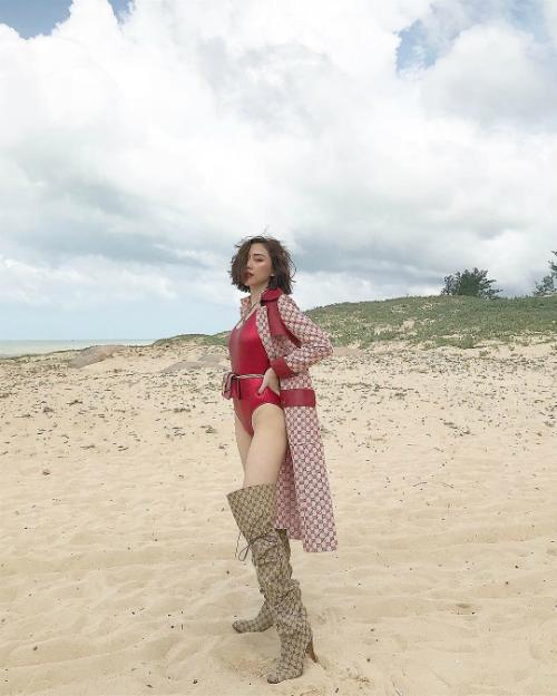 Tóc Tiên gợi cảm trong trang phục áo tắm một mảnh đỏ khoét hông caokhi chụp ảnh tạp chí.