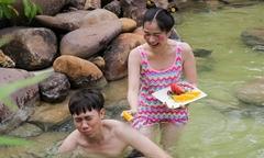 Lâm Vỹ Dạ tắm cùng tình cũ Anh Đức ở suối khoáng nóng