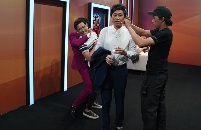 Trường Giang vui vẻ đùa giỡn cùng MC Xuân Bắc trong hậu trường. Show Ơn giời, cậu đây rồi mùa thứ năm phát sóng lúc 21h chủ nhật hàng tuần trên kênh VTV3, bắt đầu từ ngày 16/9.