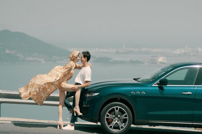 Hồ Ngọc Hà và Kim Lý có nhiều cảnh nóng trong MV. Dù yêu nhau ngoài đời thường, họ vẫn gặp khó khăn khi thực hiện một số phân đoạn tình cảm.
