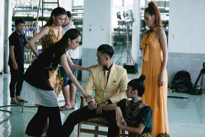 Tại tập 2 của chương trình Siêu mẫu Việt Nam, 32 thí sinh đã cùng bước vào thử thách đầu tiên cùng hai huấn luyện viên làHương Giang và Kỳ Duyên.Với chủ đề Người đẹp vì lụa cùng tham gia phần chụp ảnh mang tên Super Pose;.