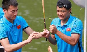 Đức Chinh nhảy cẫng khi câu được cá