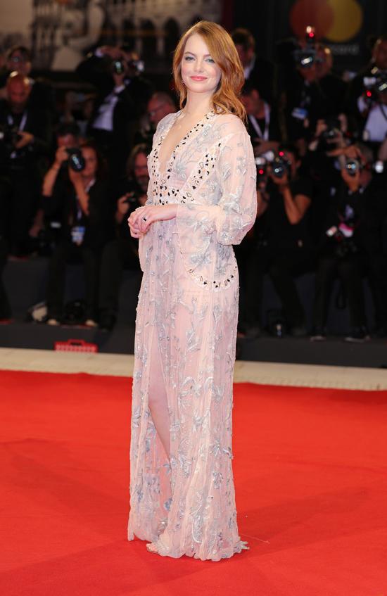 Emma Stone quyến rũ trên thảm đỏ Venice tối qua.