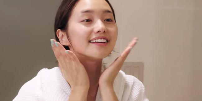 Jenn luôn vỗ nhẹ quanh da mặt để các tinh chất dễ dàng thẩm thấu vào da.