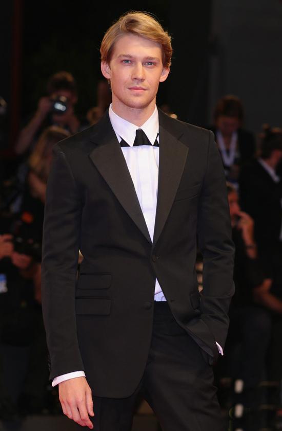 Tối 30/8, Joe Alwyn tới buổi công chiếu phim The Favourite của anh tại liên hoan phim Venice. Tài tử 27 tuổi xứ sương mù gây ấn tượng với vóc dáng cao ráo, gương mặt điển trai, lãng tử.