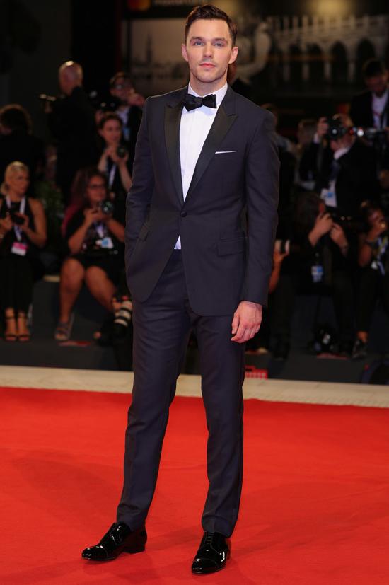 Tài tử Nicholas Hoult là bạn diễn của Emma Stone và Joe Alwyn trong phim mới.