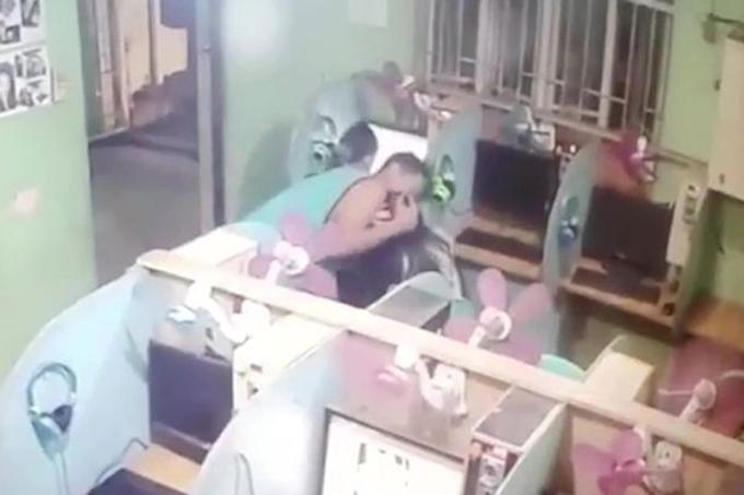 Gã biến thái cưỡng hôn bé gái khi thấy xung quanh đang vắng vẻ. Ảnh: Newsflare.