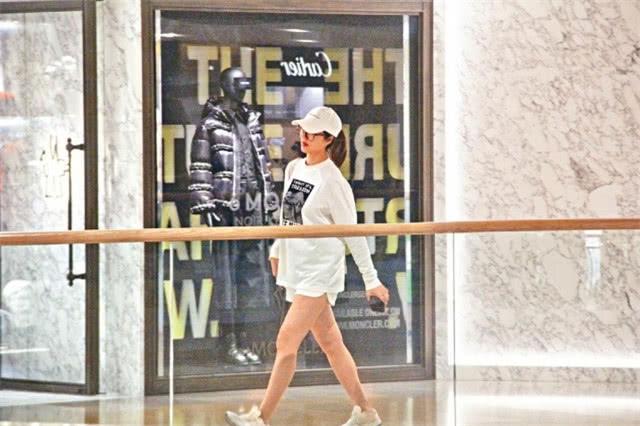 Cánh săn ảnh ghi lại hình ảnh của Lý Á Nam, bà xã Vương Tổ Lam, khi cô một mình đi mua sắm. Mang thai 5 tháng nhưng mỹ nhân Hong Kong vóc dáng vẫn gọn gàng. Chiếc áo rộng thùng thình giúp cô che khéo bụng bầu.